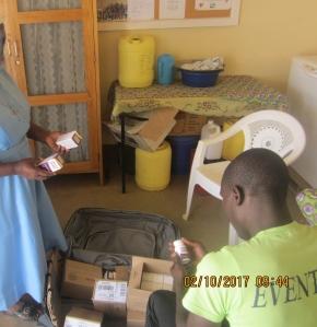 Recepcion en Turkana la donacion DHU para SHUMA (2)